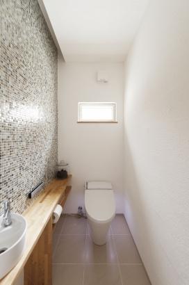 32坪 トイレの壁にもこだわりのタイルを。 間接照明がおしゃれな空間を引き立てます。