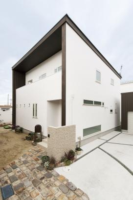 32坪 漆喰塗りのシンプルな外観。
