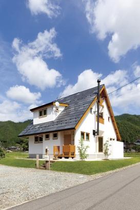 石張りの屋根を急勾配にすると石屋根がよく見え、どこかの大自然の中に建つお家のような存在感。今はあまり見ない煙突がさらに存在感を際立たせる。