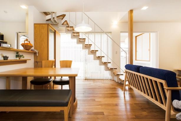 ささら桁階段は窓からの光を遮らないから、明るいLDKを実現。