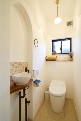 二世帯住宅 アンティーク調のタイルがおしゃれなトイレ。