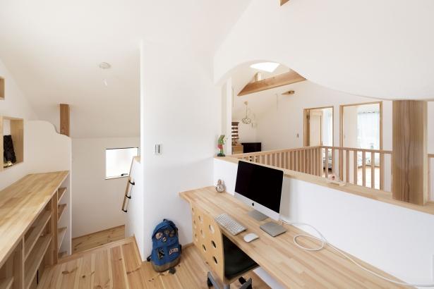 ご主人様の書斎スペース。吹き抜けからキッチンが見えるので、家族の気配が伝わります。