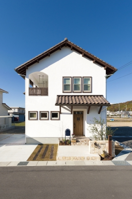 漆喰の外壁に素焼きの瓦屋根を合わせた外観は青空とベストマッチ。