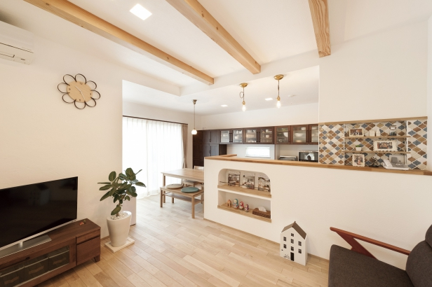 オークの無垢床としっくい壁のLDKで、空気のおいしい快適な空間。