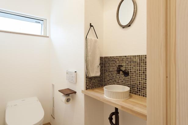 トイレの手洗いもボウルや水栓、タイルなどにこだわり、来客も快適に使えるスペースに。