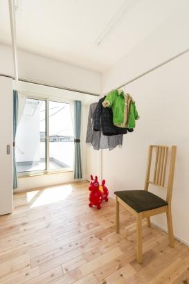 2階の物干しバルコニーの近くにはフリールームを隣接させ、室内干しや、洗濯をたたんだりアイロンしたりできるスペース