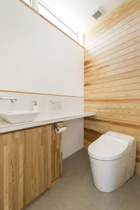 台形のスペースに計画したトイレ。壁に板を貼って空間にアクセント。