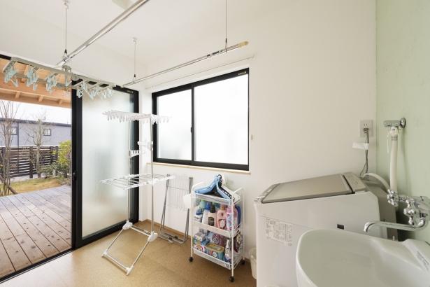洗面脱衣室の隣にお洗濯室。共働きご夫婦に嬉しい間取りです。