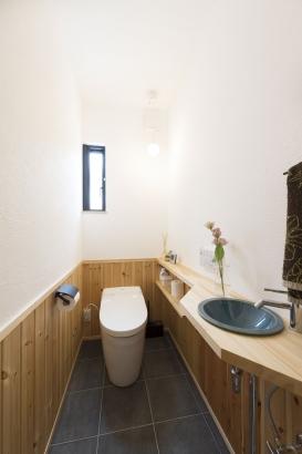 トイレはタイルや腰板貼りで、お掃除しやすい仕様です!
