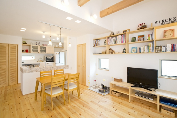 27坪の家。キッチンからダイニング、リビング、畳コーナーが見えるので、小さなお子様がいても安心です。