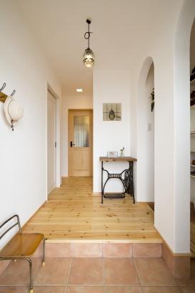 27坪の家。玄関を入ってすぐに、可愛いステンドグラスがお出迎え