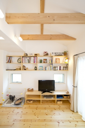 27坪の家。TVボードの上にはオリジナルの収納棚を。思い出の雑貨やお気に入りの本がいつでも眺められます