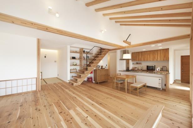 壁や天井は漆喰。自然素材の風合いや空気の爽やかさ開放感を演出する
