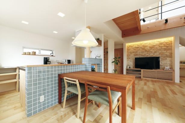 キッチン アイランド型 造作TV台 床下空調 エアボレー 吹き抜け 腰壁 タイル