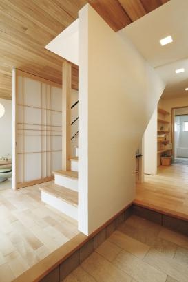 お客様用(右)と家族用(左)の2つの動線を設けた玄関。