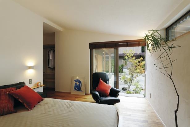 28坪 平屋 リビングとは違う床材を使用した寝室。雰囲気が変わって、少しナチュラルな和風の部屋に。