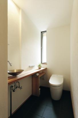 28坪 平屋 淡路産の瓦の床がシックな空間を演出。間接照明にすればやわらかく雰囲気ある場所に。