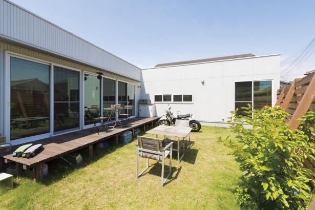 BBQにサッカーと、マルチに使える広い芝生の庭。木製フェンスでプライバシーにも配慮。