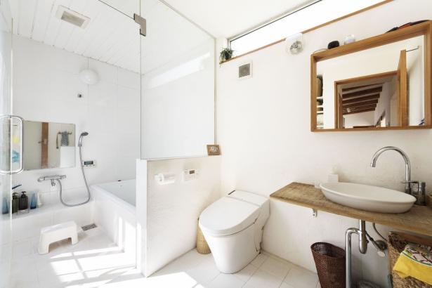コンパクトに設計された水回り。白を基調として、シンプルで清潔感があります。