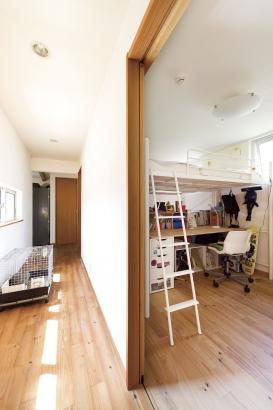 普段はリビングに集まることが多いため、その他の部屋はあまり大きくとっていないが、うまく空間を利用し、広く使える工夫をほどこしている。