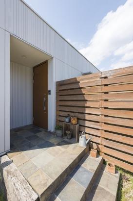 玄関ポーチ クールーフ 石張り 木製フェンス