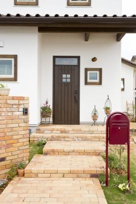 玄関 木製ドア 芝生 レンガ 可愛い かわいい おしゃれ アプローチ ポスト