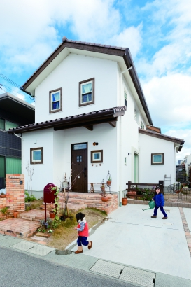 チョコ色の屋根に窓枠も色を合わせて、ナチュラルで可愛いお家の外観。