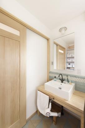 オリジナルの造作洗面。水廻りも全てしっくい壁なので、お風呂上りも湿気がこもりません。