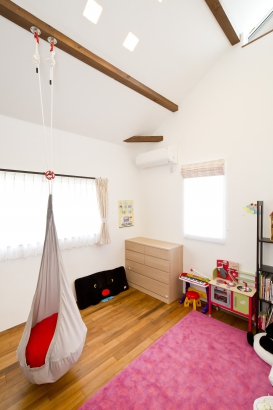 可愛いこども部屋 しっくい壁 無垢材 自然素材 勾配天井