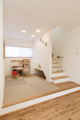 小上がりの畳スペースは家族の憩いの場。階段下はスタディスペースとし有効活用◎