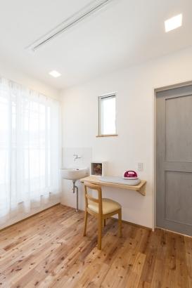 アイロンがけや室内干しもできる便利な家事スペース。ベランダとつながって、家事もラクに!