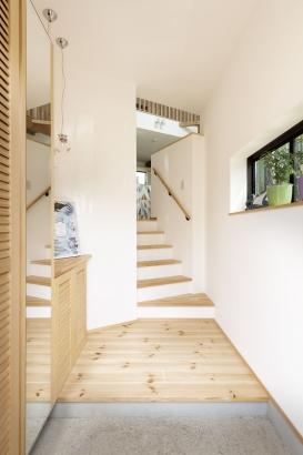 土地の高低差は玄関からステップにして解消。