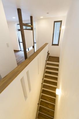 リノベーション 階段 2階 ホール オープンスペース スリット開口 アーチデザイン 明るい 可愛い