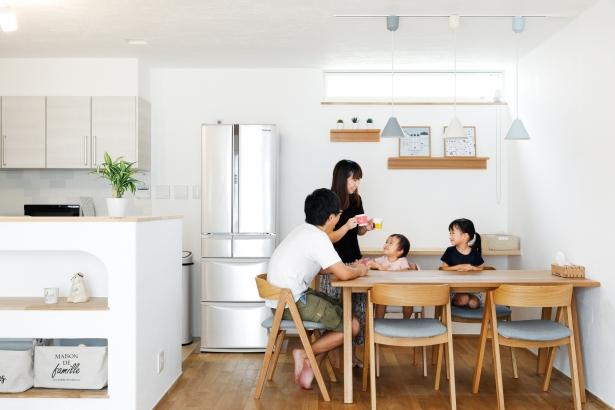 ダイニング 家族 キッチン パステルカラー 無添加住宅