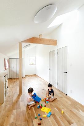 子ども部屋 傾斜天井 天窓 子育て 自然素材