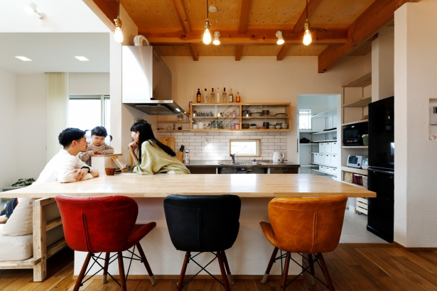 オリジナルのステンレスのキッチン。 カウンター下はオープンにし、変化する暮らしに合わせて自由な使い方ができる。上部にお気に入りの食器を飾りながら収納。