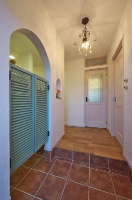 玄関 ウエスタンドア シューズインクローゼット 飾り棚 ガラスつきドア 無垢