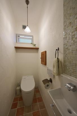 アクセサリーや収納、タイル。使いやすい小型の手洗とモザイクタイルを組み合わせて