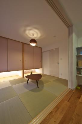 しっくい 自然素材 間接照明 縁無畳 釣り押し入れで空間を広く演出