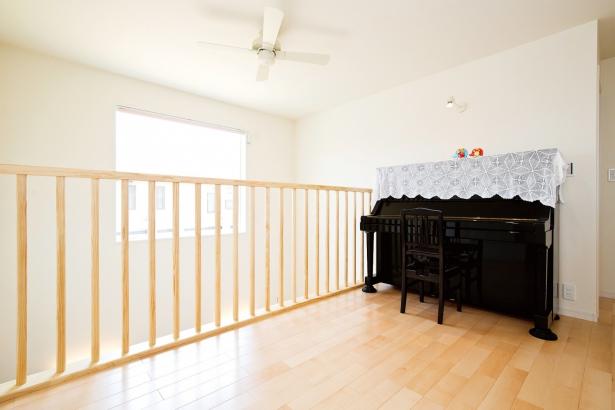 吹抜けにつながるフリースペースにはご主人が弾かれるピアノを設置。光と音が降りそそぎます。