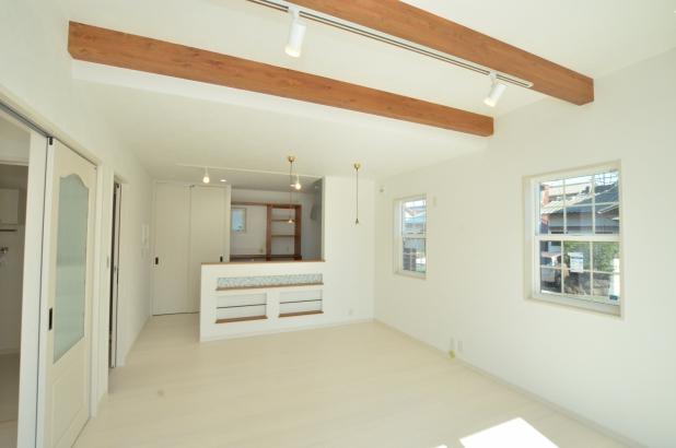 天井梁が印象的な、明るく開放的なリビング