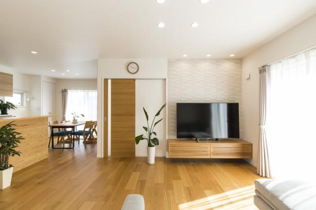 オークの床とTVボードがナチュラルな雰囲気のLDK