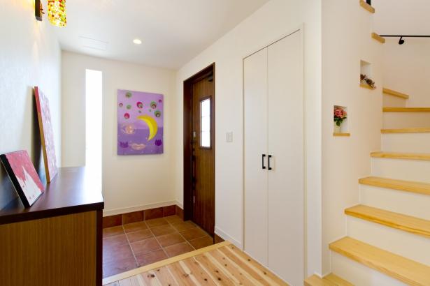奥様お気に入の絵を飾った個性的な子世帯玄関