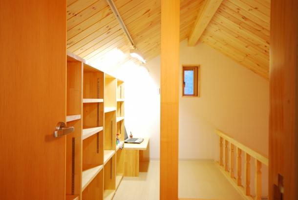 2階ロフトの隠れ家風書斎コーナー