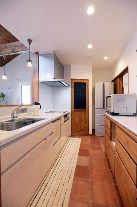 2階キッチン 奥の扉を開くと大容量のパントリー