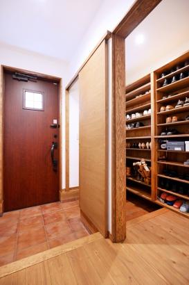 玄関 子世帯・親世帯が共同で使用する玄関は大容量の収納を造作