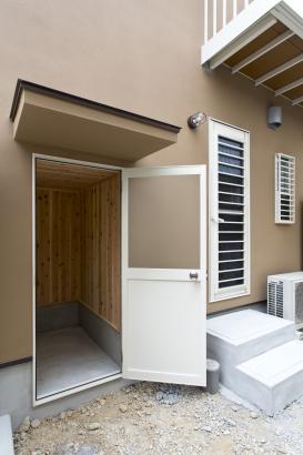 家の北側に大容量の外部収納を完備