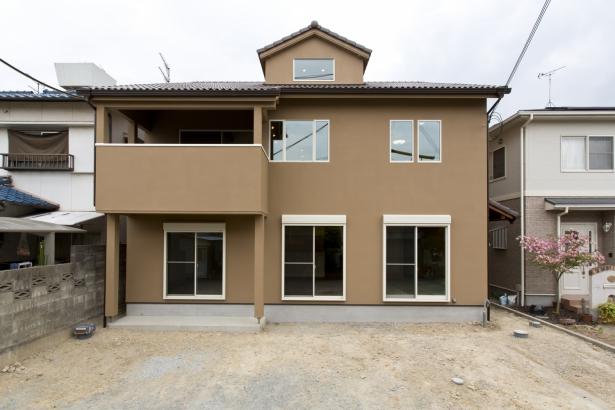 外観 外壁は吹付塗装、屋根は淡路産瓦を使用
