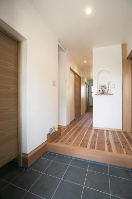 玄関/内玄関には扉をつけて。ニッチをつけて飾り棚に