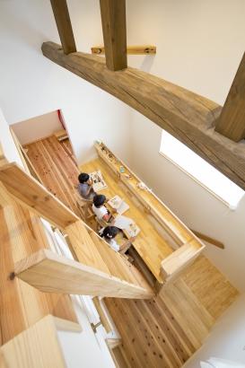 2階ホールにお勉強スペースを。正面の窓から外を眺めることもできて気分転換もできます